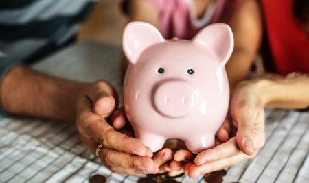 Șase moduri în care îți poți învăța copilul care este valoarea banilor